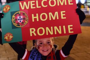 Un niño recibiendo a CR7 de nueva cuenta en Manchester. Foto:AFP. Imagen Por: