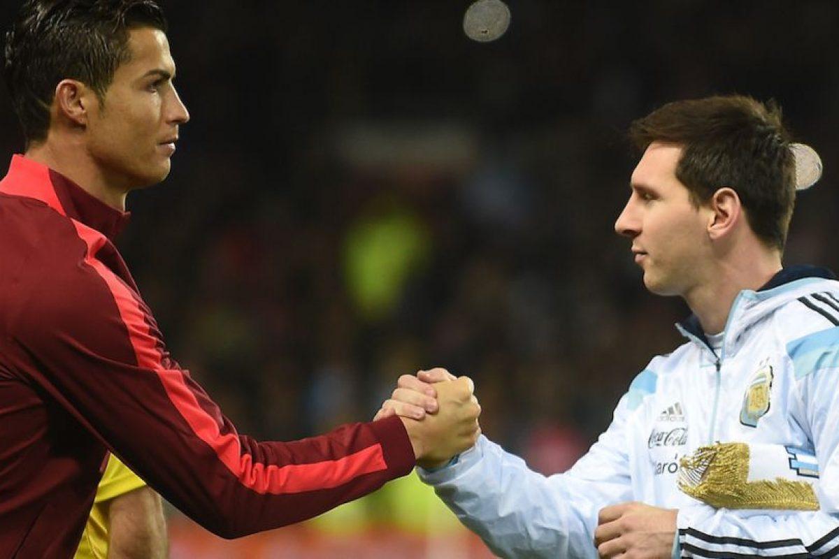 Messi y Cristiano tras la ceremonia de los himnos nacionales. Foto:AFP. Imagen Por: