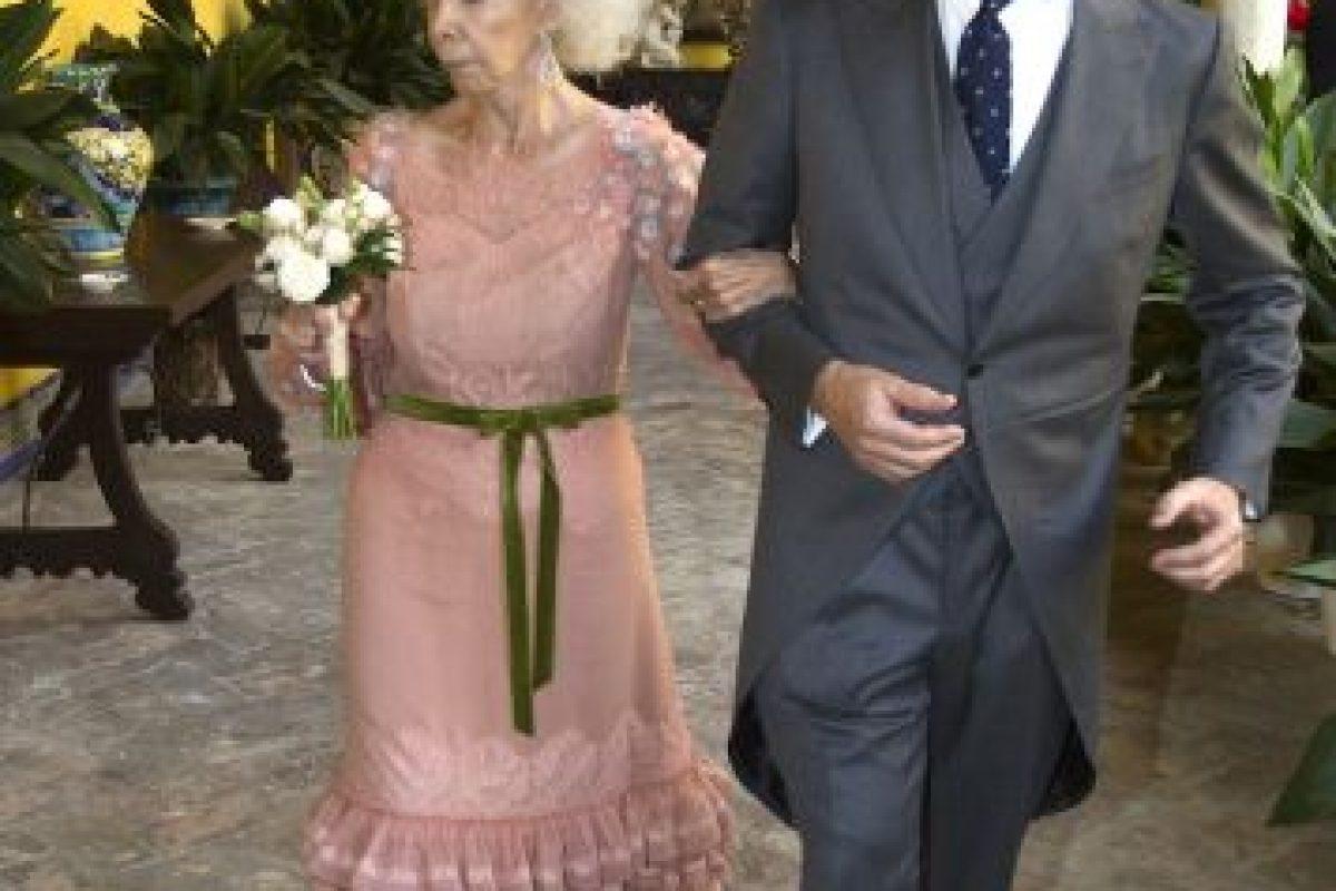 Duquesa de Alba es hospitalizada y tiene un pronóstico reservado La duquesa contrajo matrimonio por tercera vez en su vida a los 85 años. Foto:Getty. Imagen Por: