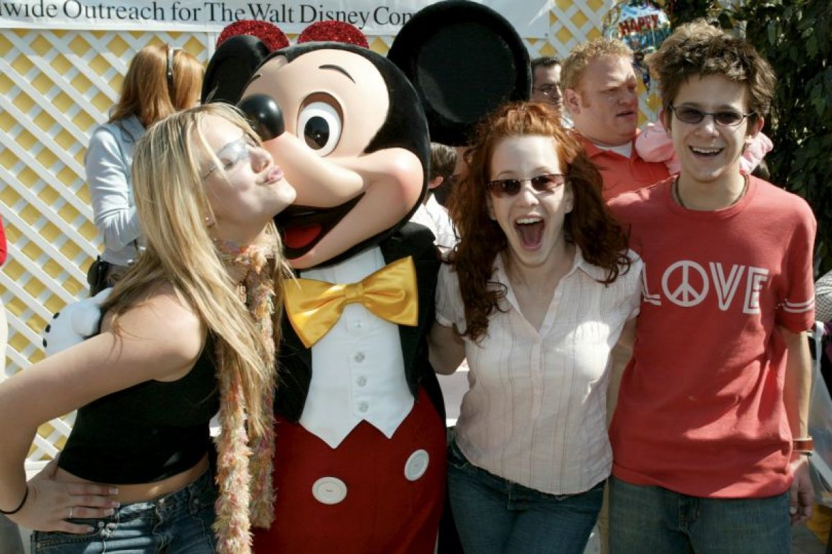Kaley Cuoco, Mickey Mouse, Amy Davidson y Martin Spanjers Foto: Getty Images. Imagen Por: