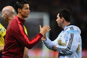 Una de las interacciones entre Cristiano y Messi. Foto:AFP. Imagen Por: