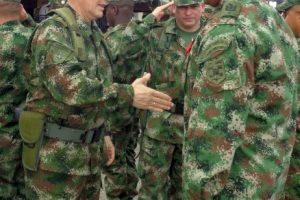 El general Rubén Dario Alzate, (izquierda) saluda a un soldado en Bogotá, Colombia. Foto:AP. Imagen Por: