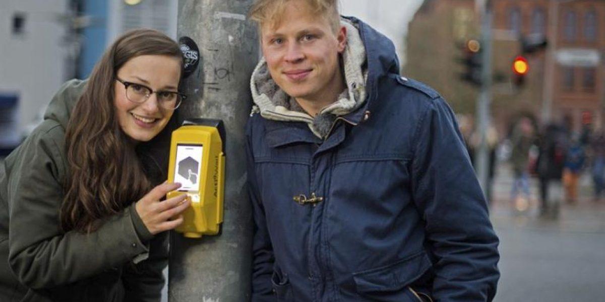 (FOTOS) En Alemania estrenan videojuego en un semáforo para que el peatón no se aburra