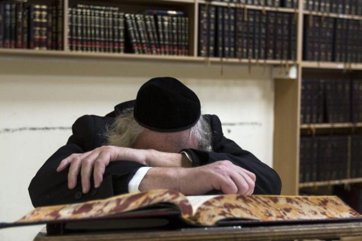 Un judío anciano reza en la sinagoga donde ha ocurrido la masacre en el barrio ortodoxo de Har Nof en Jerusalén hoy 18 de noviembre de 2014 en donde al menos seis personas murieron en un tiroteo en una sinagoga y Yeshiva (escuela rabínica) de Jerusalén Oeste, en el ataque más sangriento registrado desde 2008 en la ciudad santa, testigo de una creciente tensión. Foto:EFE. Imagen Por: