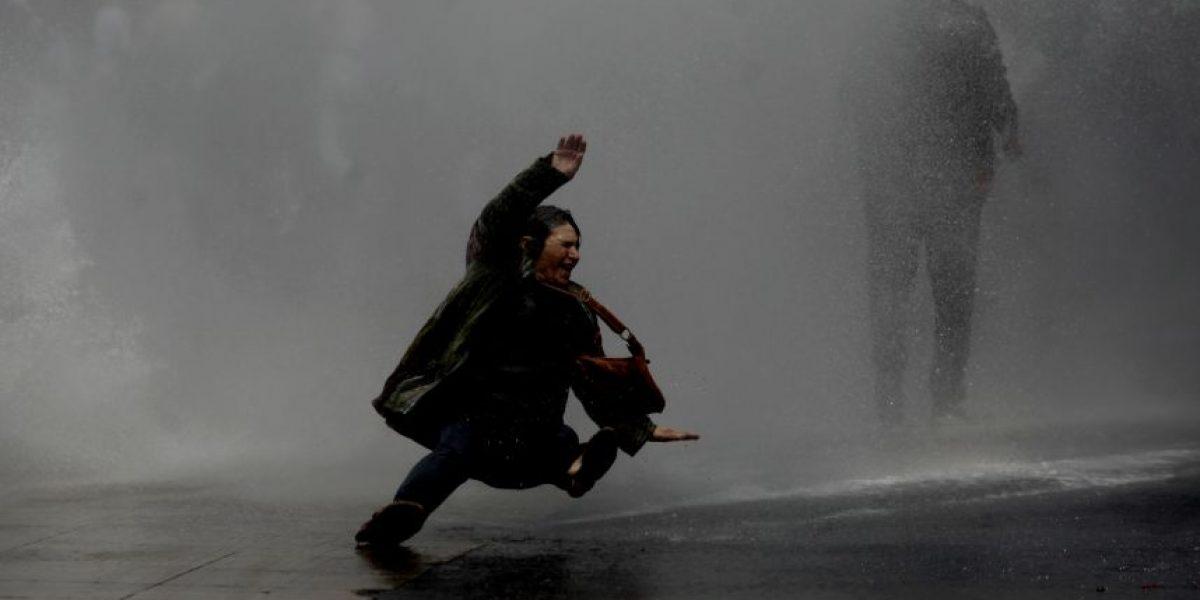 Carabineros disuelve manifestación de profesores en pleno Santiago Centro