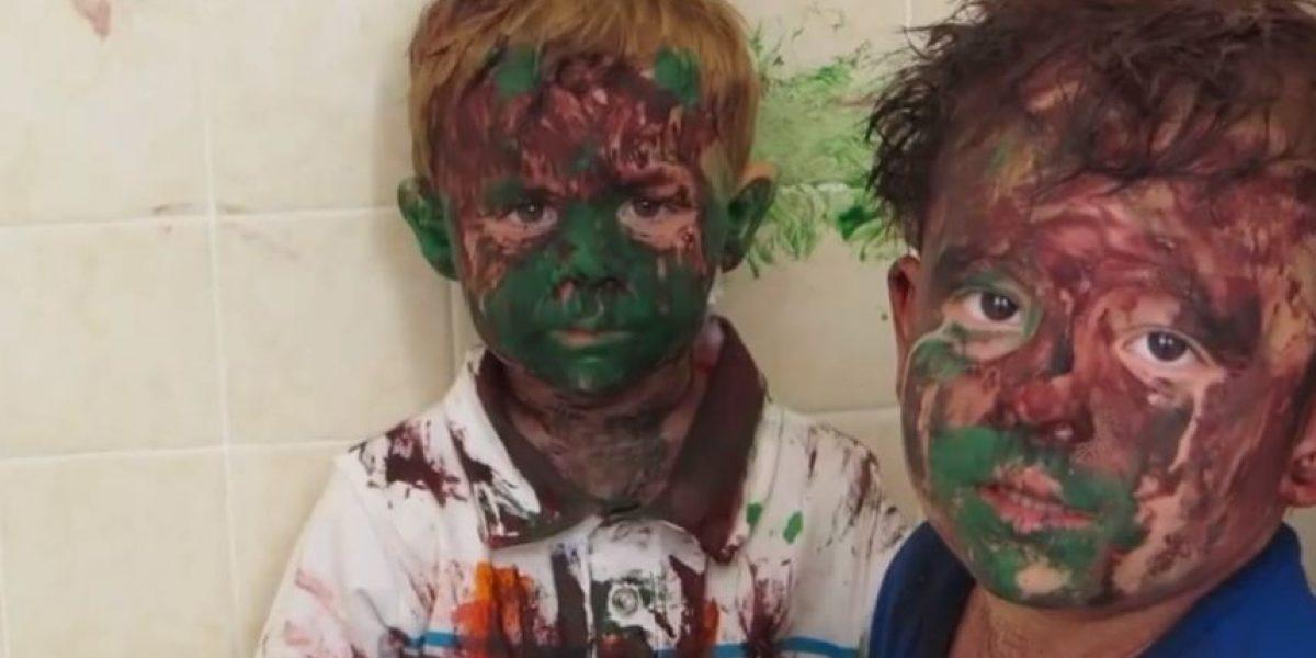 VIDEO: Papá no puede esconder su risa al ver la travesura de sus hijos