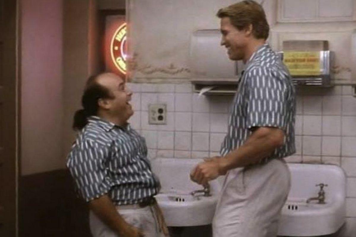 En la ficción, DeVito es el hermano gemelo de Schwarzenegger, Vincent Benedict Foto:Facebook/Twins. Imagen Por: