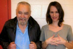 Burton gastó los dos mil dólares que ganó en su último empleo para mudarse a una casa cerca de la prisión donde está Manson Foto:MansonDirect.com. Imagen Por: