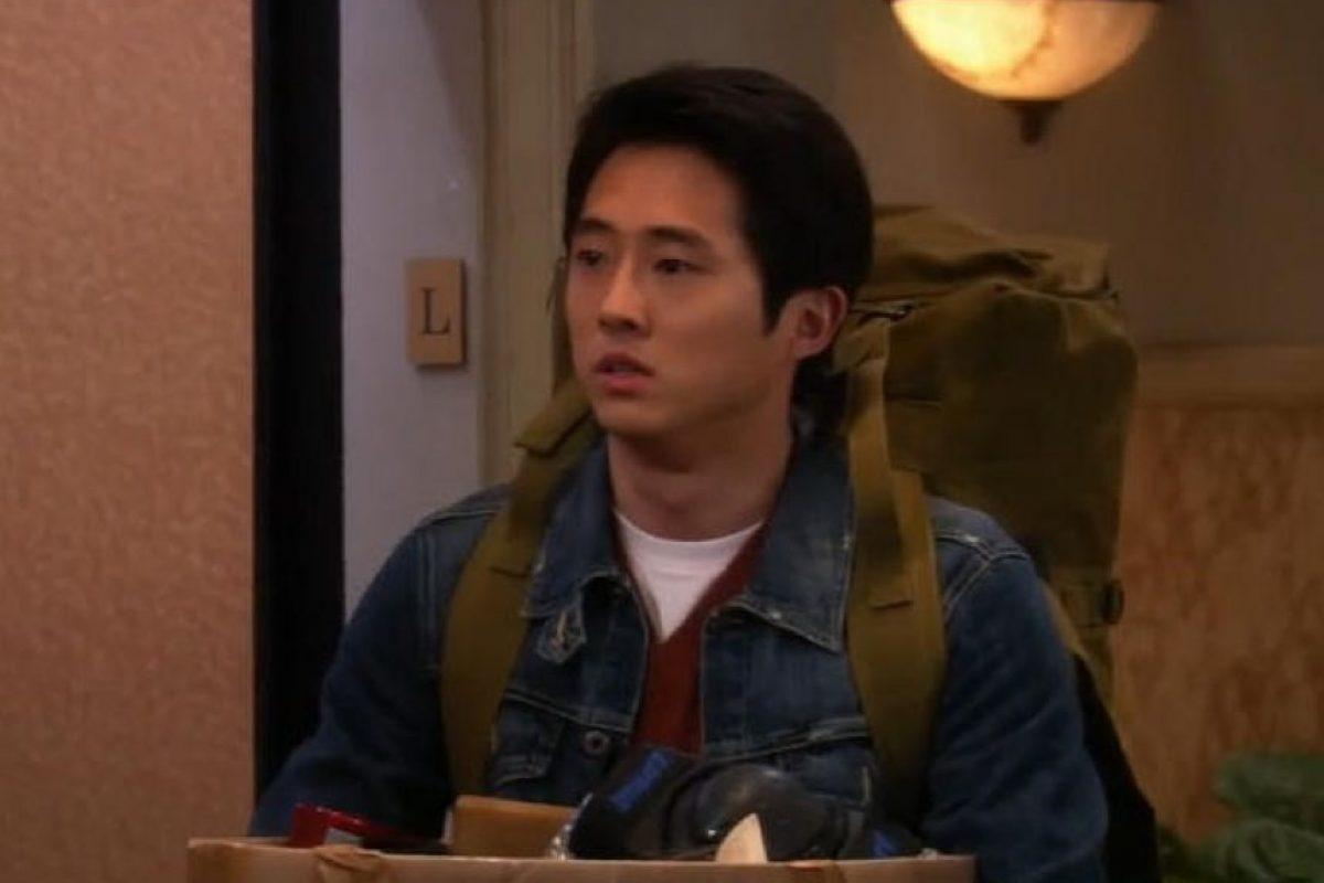 """Steven Yeun apareció en un flashback en la serie""""The Big Bang Theory"""" en el que Leonard habla sobre su odioso nuevo compañero de la universidad, Sheldon Foto:Warner Chanel. Imagen Por:"""