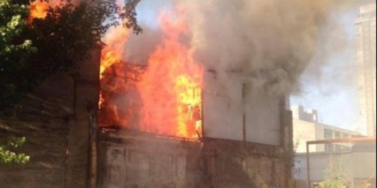 Incendio en una casona del centro de Santiago moviliza a Bomberos