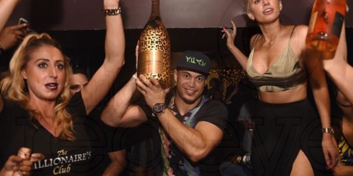 Beisbolista celebra multimillonario contrato con mujeres y champagne