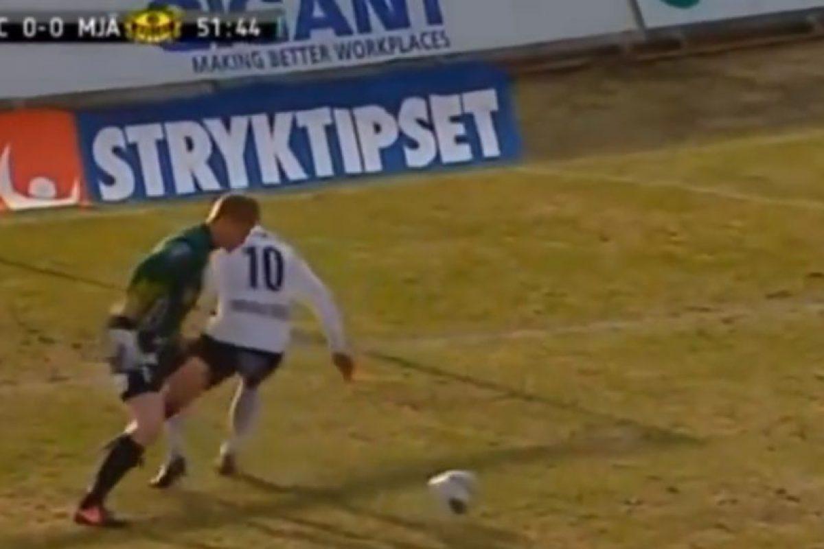En 2013, en un partido entre el Hacken y Mjallby de Suecia, el arquero se lució con una espectacular jugada en su área Foto:Youtube: futboletetv. Imagen Por: