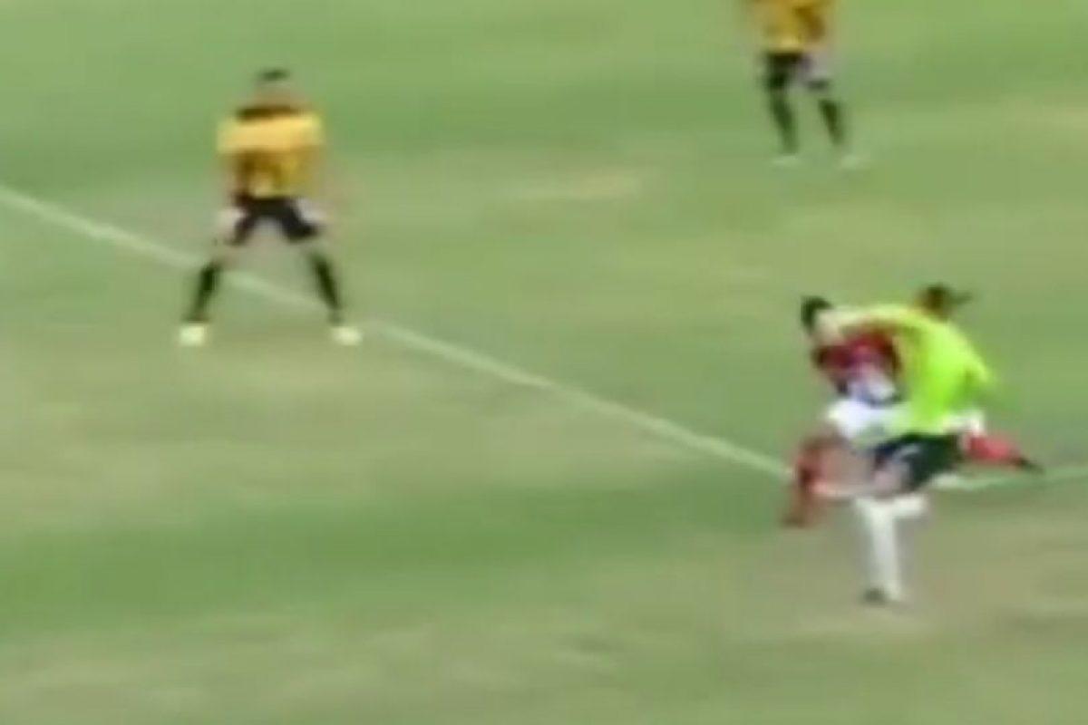 El portero del Deportivo Táchira de Venezuela salió de su área y le hizo un caño a un jugador del Deportivo Lara Foto:Youtube: futboletetv. Imagen Por: