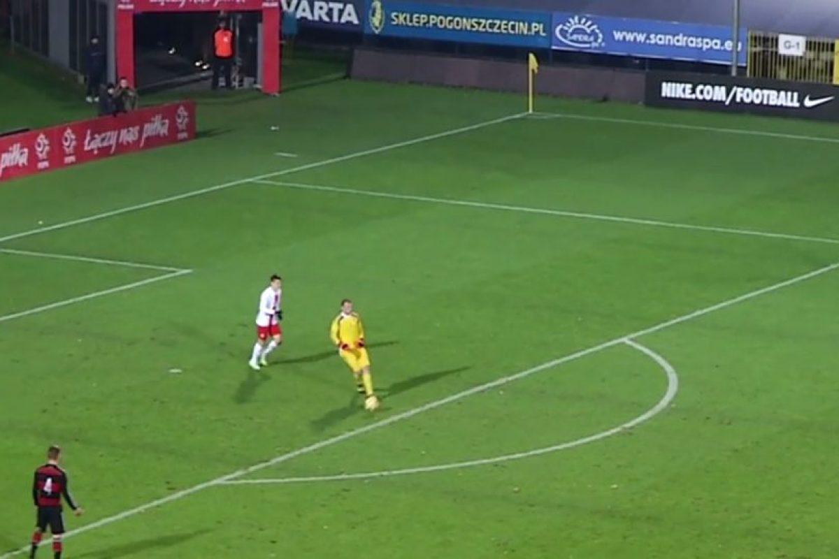 El portero de la Selección de Alemania Sub-20 le hizo un túnel a un delantero polaco adentro de su área grande Foto:Youtube:. Imagen Por: