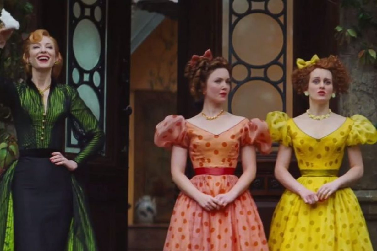 Pero Cenicienta tiene el otro par y con la sorpresa de su madrastra le prueban el zapatito y la lleva a palacio sin ninguna duda de que ella es el verdadero amor del príncipe Foto:Disney Movie Trailers. Imagen Por: