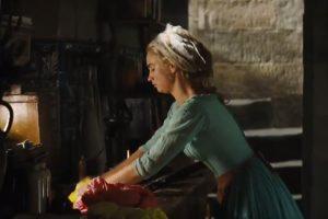 Cenicienta, al ver esto, le pide permiso a su madrastra para ir, pero esta no podía dejar que la belleza de Cenicienta eclipsase a sus dos hijas Foto:Disney Movie Trailers. Imagen Por: