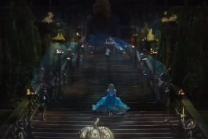Cenicienta queda a merced de su malvada madrastra y de sus dos crueles y feas hermanastras para dedicarse a hacer las labores del hogar, convirtiéndose en la sirvienta de su propia casa Foto:Disney Movie Trailers. Imagen Por:
