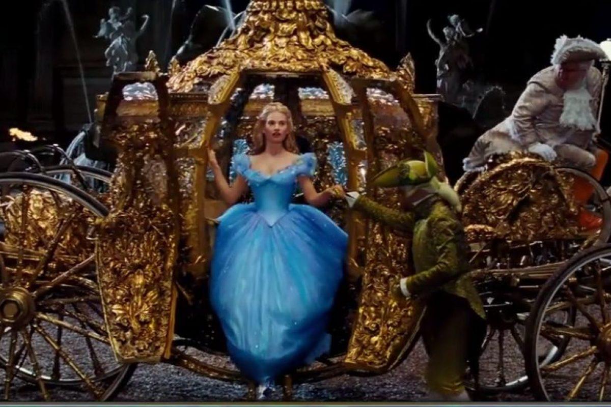 Después de un largo recorrido, el gran duque llega a casa de Cenicienta, y prueba el zapatito Foto:Disney Movie Trailers. Imagen Por: