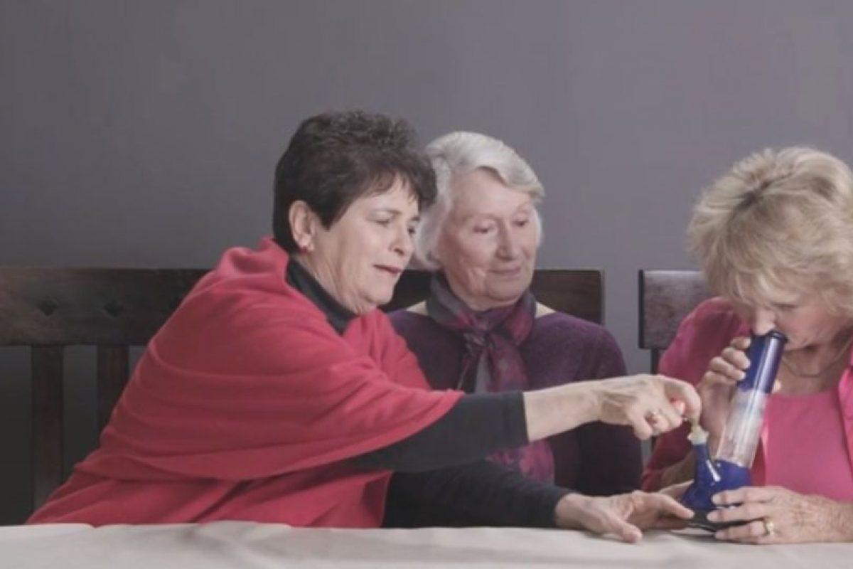 Se les enseñó a usar el aparato porque ni siquiera sabían qué hacer. Foto:Cut/Youtube. Imagen Por: