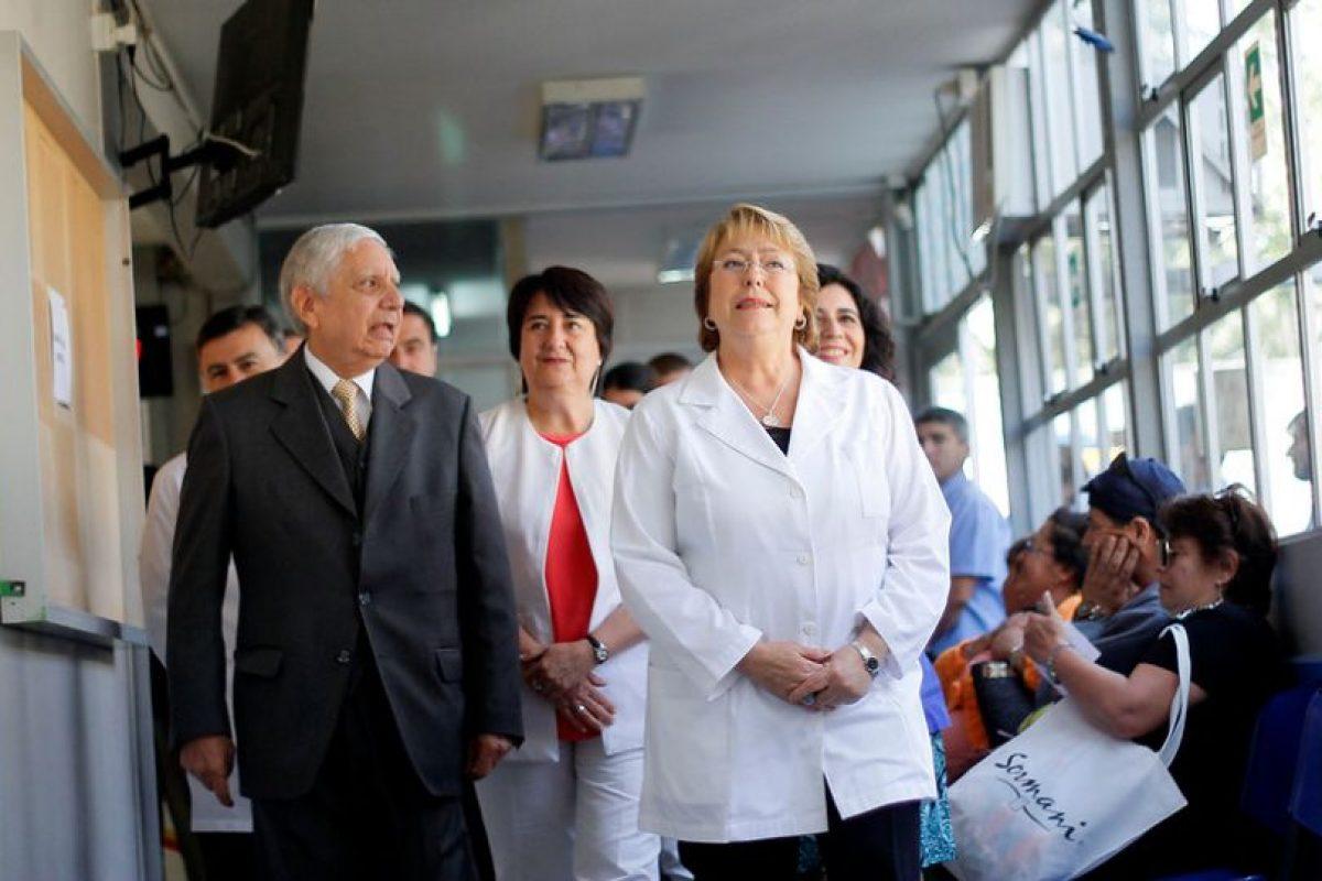 La presidenta de la Republica, Michelle Bachelet, realiza una visita al Centro de Salud Familiar Padre Alberto Hurtado de la Comuna de Macul para verificar en terreno el funcionamiento del Fondo de Farmacias. Foto:Agencia UNO. Imagen Por: