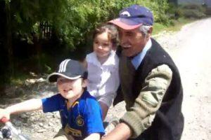 """""""El abuelito más tierno de Chile"""" fue un video subido a Youtube en donde se ve a un anciano enseñando a su nieto a andar en bicicleta. Foto:Youtube. Imagen Por:"""