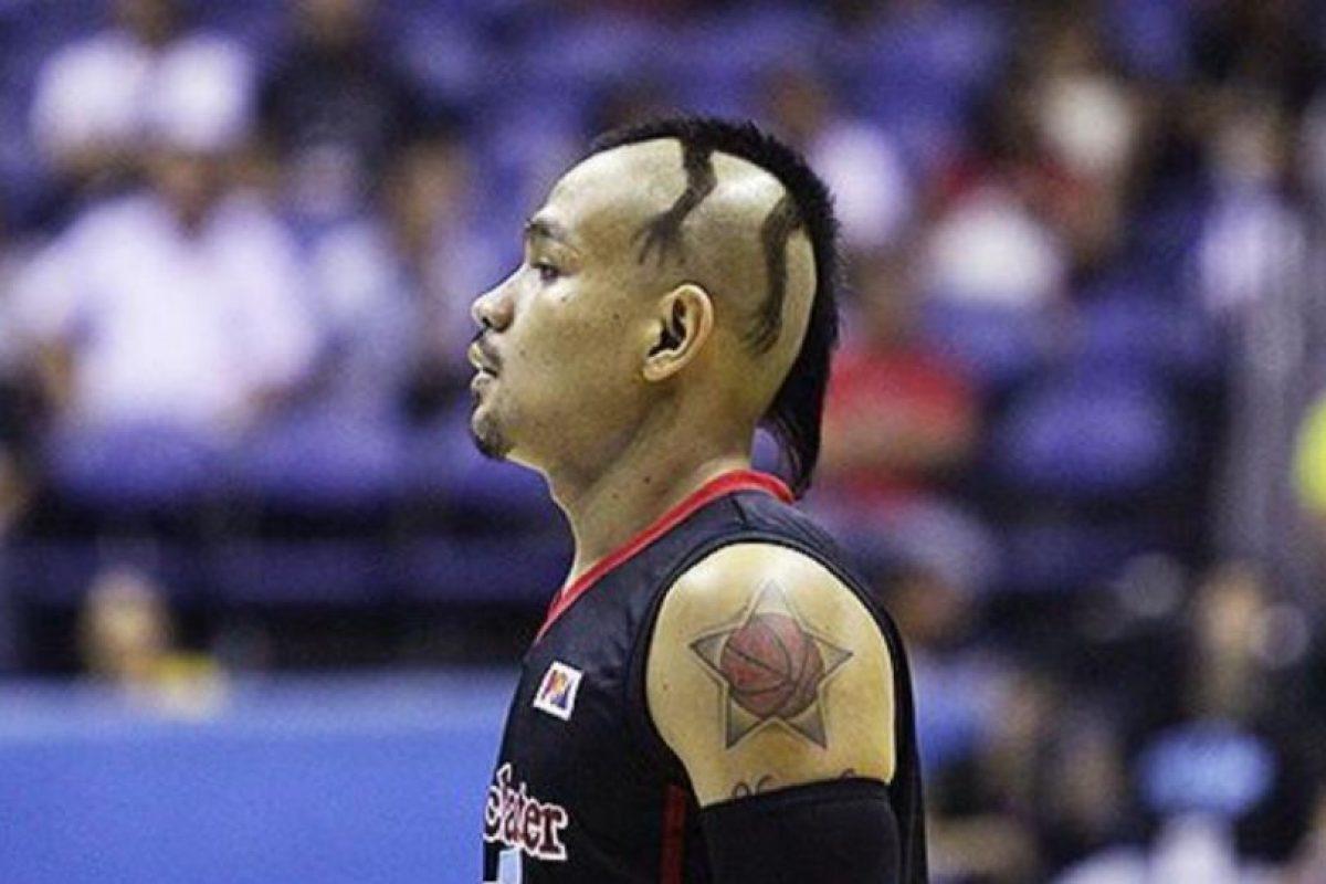 La imagen del basquetbolista filipino con una especie de iguana en la cabeza se volvió viral hace unos días Foto:Twitter: @Basket_Infos. Imagen Por: