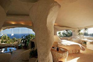 Fue el conductor de TV y radio quien creó su casa inspirada en la de la familia más famosa de la era de piedra. Foto:Komonews.com. Imagen Por: