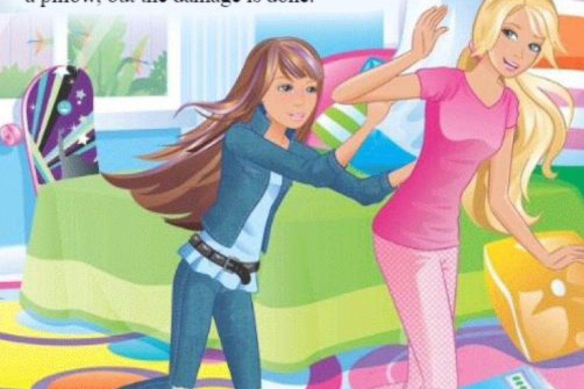 """Pero solo """"diseña"""", ya que necesita de los hombres para poder completar todo el trabajo. Foto:Twitter/Computer Barbie. Imagen Por:"""