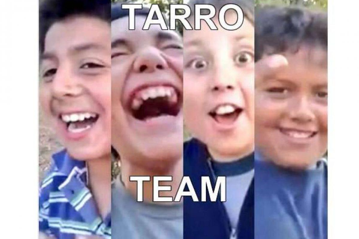 """El """"Tarro"""" junto a sus amigos protagonizaron un nostálgico video en donde disfrutan jugando a la bicicleta, hasta que el menor se cayó. El inocente registro se viralizó rápidamente en la web. Foto:Twitter. Imagen Por:"""