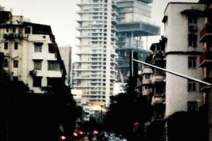 Más que una casa, es un edificio de 27 pisos, en el cual están construidos seis estacionamientos subterráneos, tres helipuertos y requiere de un equipo de mínimo 600 personas para su mantenimiento. Foto:Instagram. Imagen Por: