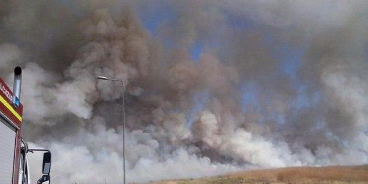 Violento incendio moviliza a Bomberos al ex aeropuerto de Cerrillos