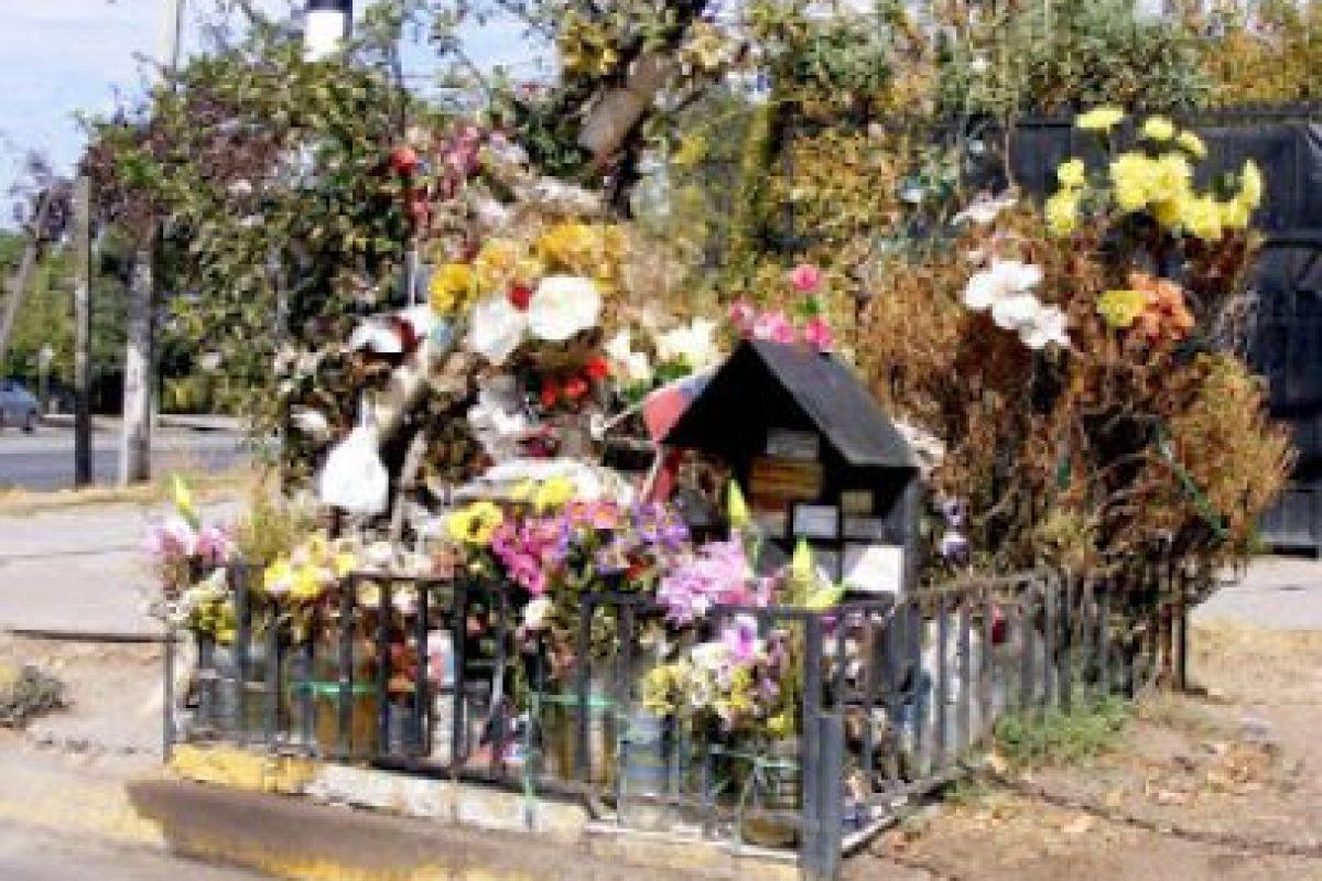"""Esta anímita corresponde a un mártir de Carabineros de la institución fallecido en un trágico accidente de motocicleta mientras se hallaba en servicio, el 3 de julio de 1993. La gente lo considera """"muy milagroso"""" Foto:Gentileza Animitas Chilenas. Imagen Por:"""