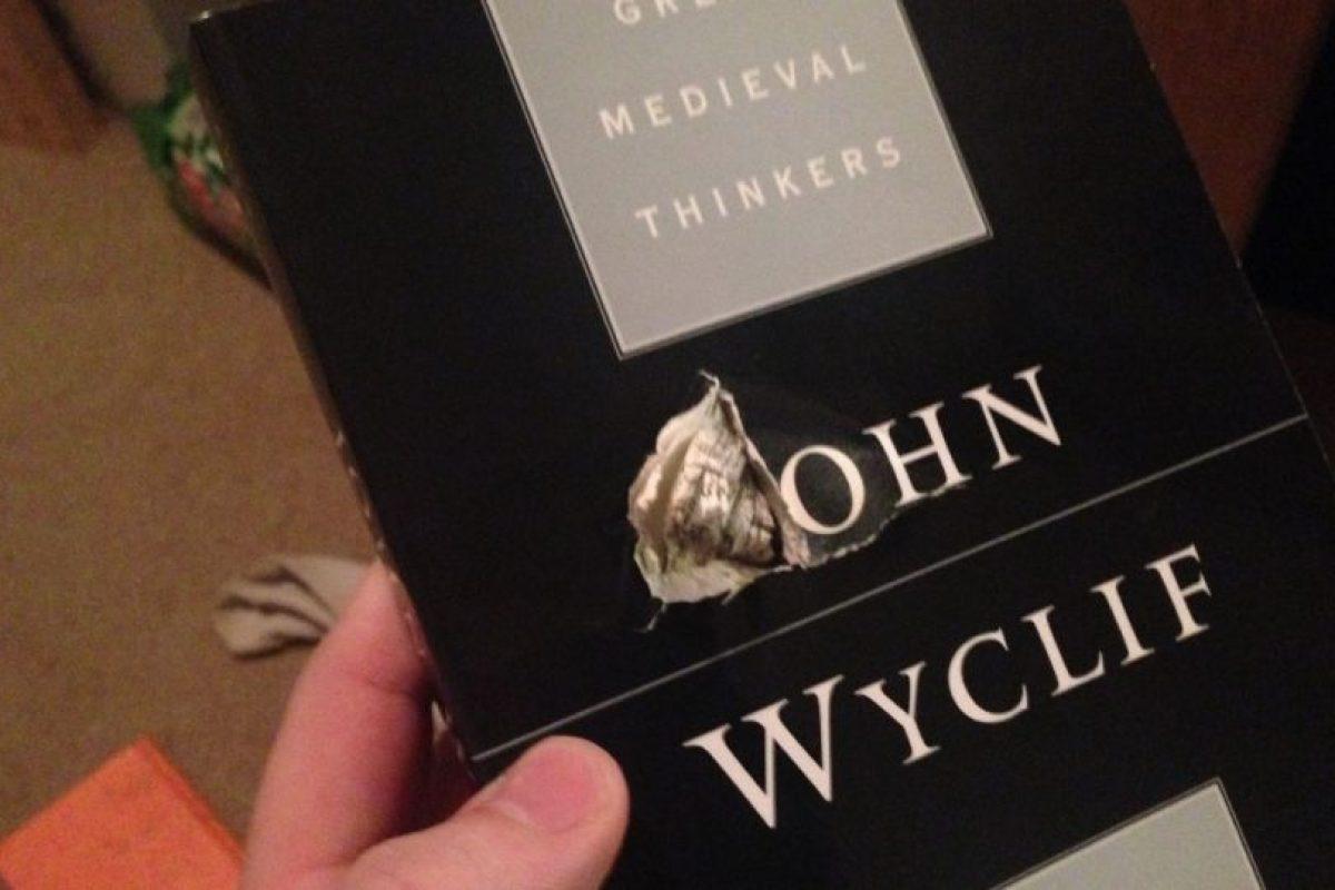 Esta es el libro que salvó la vida de Jason. Foto:Tomada de Facebook / Jason Derfuss. Imagen Por:
