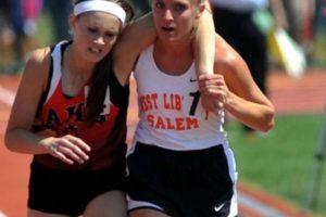 En Ohio, en 2007, esta atleta ayudó a otra a terminar su carrera Foto:AP. Imagen Por:
