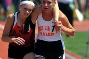 Esta atleta ayuda a otra a terminar su carrera en 2007, en Ohio Foto:AP. Imagen Por: