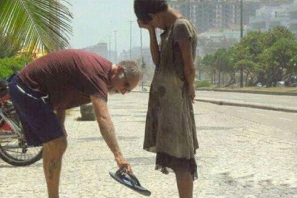 Este hombre da sus zapatos a una desposeída en Brasil Foto:Tumblr. Imagen Por: