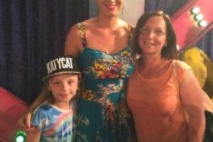 Aquí la cantante con sus primeros clientes australianos Foto:La nueva tienda de Katy Perry. Imagen Por: