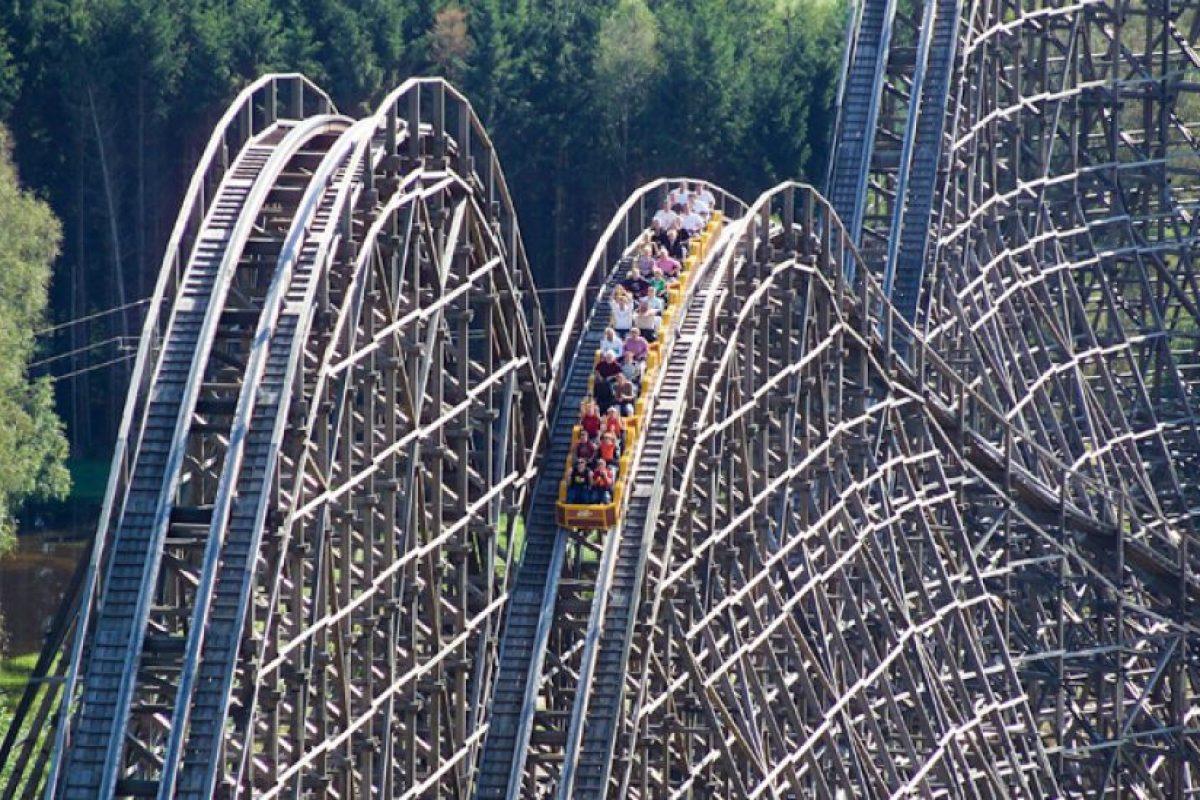Está construida mayormente de madera Foto:www.heide-park.de. Imagen Por: