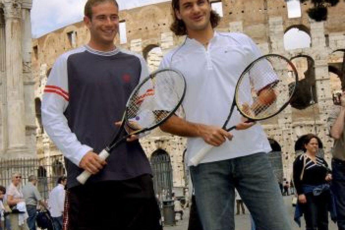 Los tenistas Roger Federer y Filippo Volandri de Italia posan frente al Coliseo en el año 2004 Foto:Getty Images. Imagen Por: