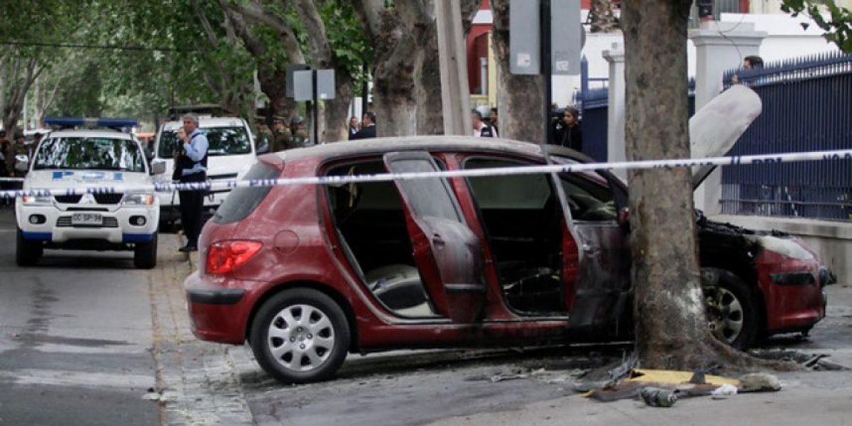 Así quedó el auto que fue quemado por desconocido en ataque a cuartel de la PDI