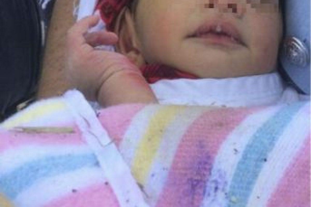 Foto del recién nacido cuando fue sacado de la alcantarilla Foto:AP. Imagen Por: