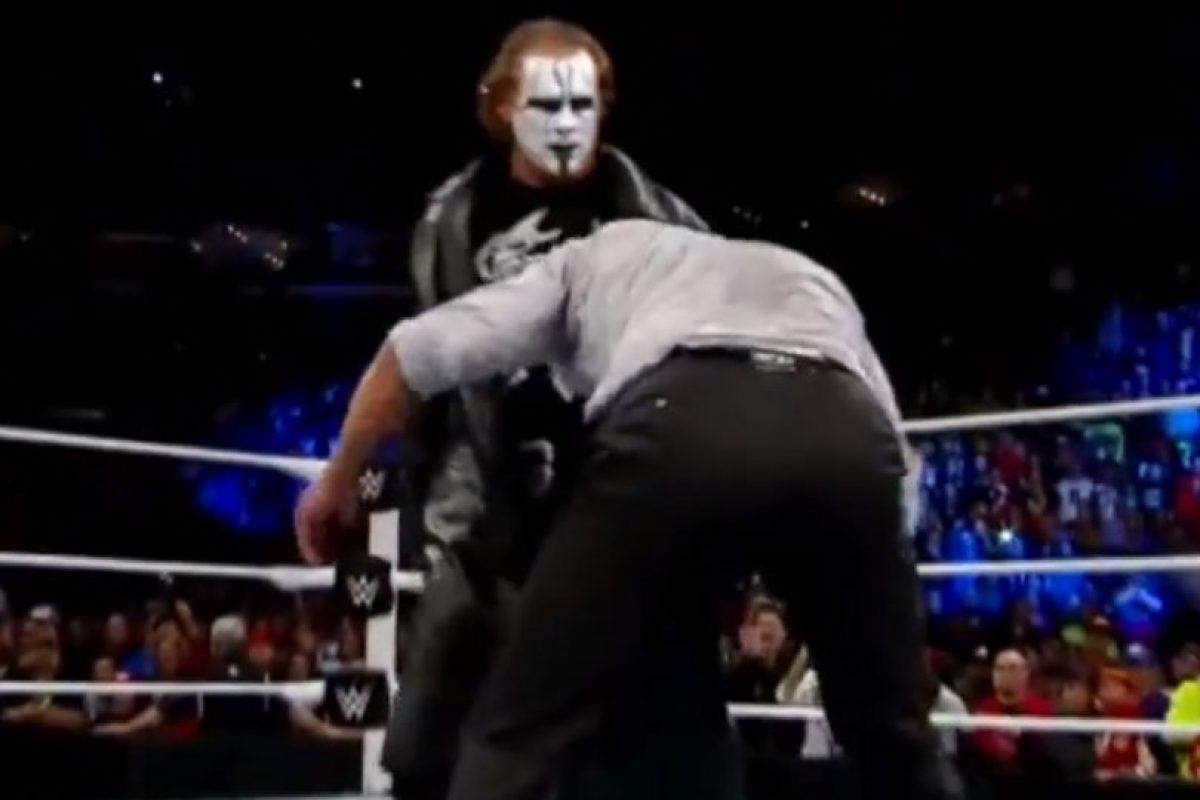 Le aplicó una llave Foto:WWE. Imagen Por: