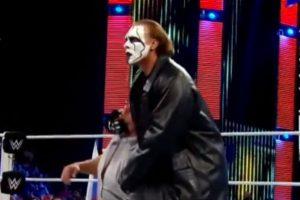 Y lo dejó noqueado en la lona Foto:WWE. Imagen Por: