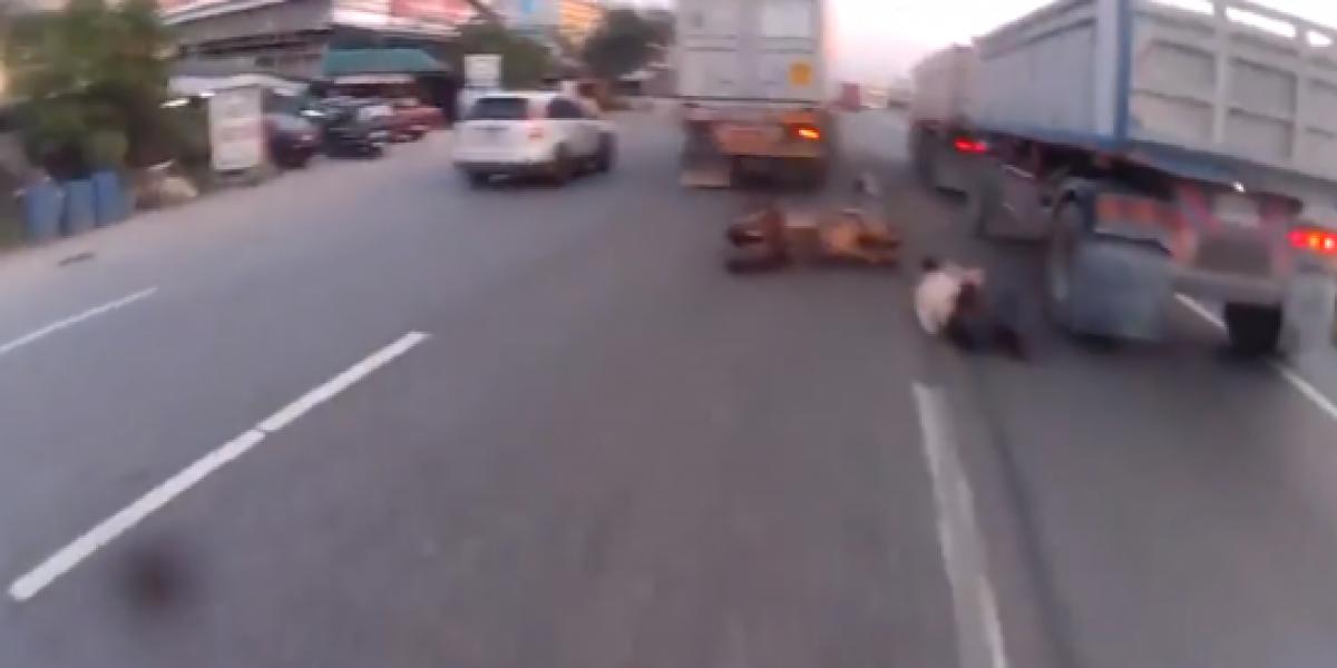 Motociclista se salva de morir aplastado por un camión