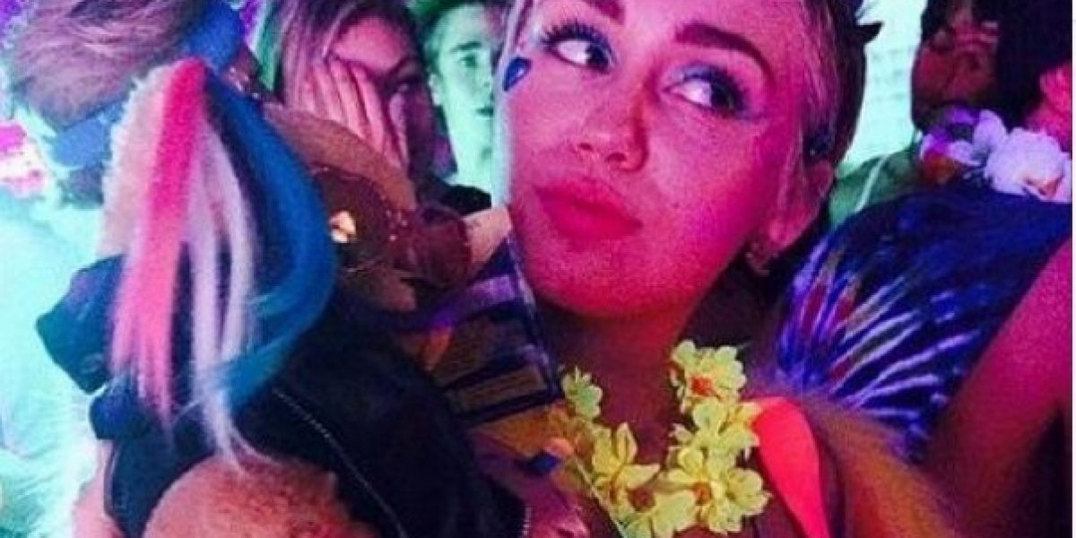 Miley Cyrus celebró su cumpleaños en topless y con un pene gigante