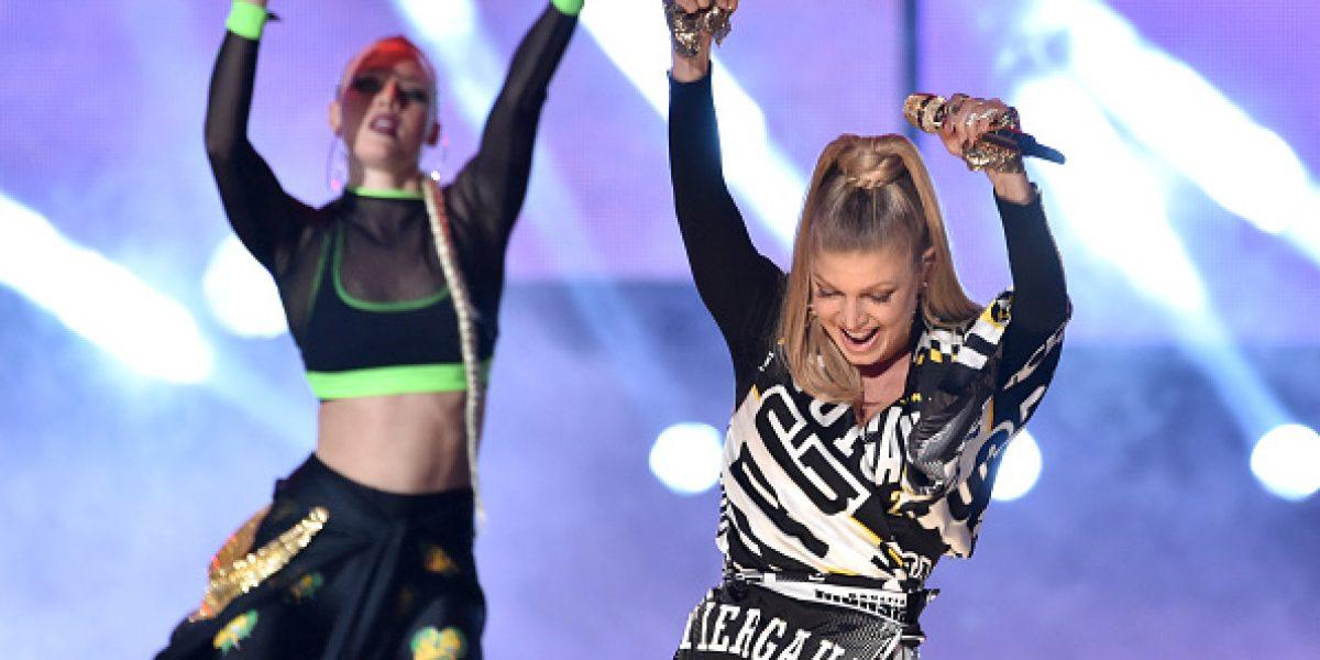 Fergie sufrió bochorno con su vestuario en plena presentación en los AMAs 2014
