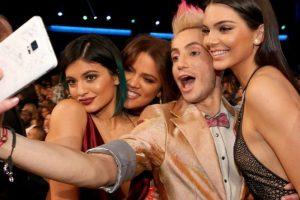 """Selfie"" Las Jenner-Kardashian con Frankie J. Grande Foto:Instagram @theamas. Imagen Por:"