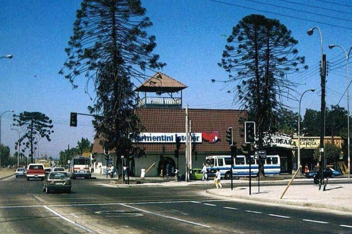 Marmentini Letelier era ua cadena de supermercados ubicados en Santiago. Acá la vista de Plaza Egaña, esquina de Américo Vespucio con Avenida Irarrazaval de Ñuñoa en 1988. Foto:Fotos Históricas de Chile. Imagen Por: