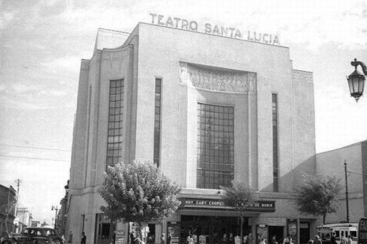 """El Teatro Santa Lucía fue construido por el arquitecto Eduardo Valdés Freire, gracias a un encargo de la Caja de Ahorro del Salitre, se inauguró el 2 de mayo de 1937. En los 60, la sala emplazada en la esquina poniente de Alameda y San Isidro presenció la aparición del Cinerama, una gran pantalla curva. En 1995 se convirtió en librería, la Lápiz López, el """"primer supermercado de la oficina"""". Y finalmente, en 2003 fue demolido para construir ahí un hotel, el Caesar Business. Foto:Fotos Históricas de Chile. Imagen Por:"""