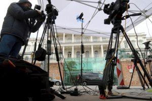 Diversos medios de comunicación se instalaron afuera del Palais Coburg, lugar de las conversaciones. Foto:AP. Imagen Por: